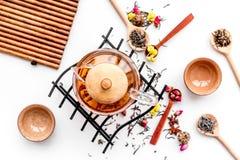 Herbacianego przyjęcia set Herbaciany garnek, filiżanki, wysuszeni herbaciani liście, fllowers, pikantność na białego tła odgórny Zdjęcie Stock