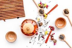 Herbacianego przyjęcia set Herbaciany garnek, filiżanki, wysuszeni herbaciani liście, fllowers, pikantność na białego tła odgórny Obraz Royalty Free