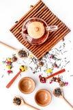 Herbacianego przyjęcia set Herbaciany garnek, filiżanki, wysuszeni herbaciani liście, fllowers, pikantność na białego tła odgórny Obrazy Stock