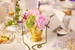 Herbaciani filiżanki whit kwiaty Zdjęcia Royalty Free