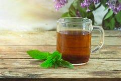 Herbaciani i nowi liście na drewnianym tle Obrazy Royalty Free