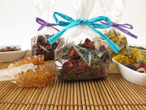 Herbaciani prezenty pakujący w małych torbach Fotografia Stock
