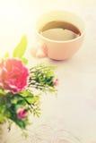 Herbaciany czas, Gorąca herbata z sztucznym kwiatem Zdjęcie Royalty Free