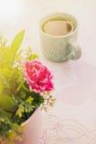 Herbaciany czas, Gorąca herbata z sztucznym kwiatem Fotografia Royalty Free