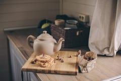 Herbaciany garnek i ciastka w wieśniaku siwiejemy kuchennego wnętrze Wolny utrzymanie w dom na wsi pojęciu Obraz Royalty Free