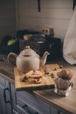 Herbaciany garnek i ciastka w wieśniaku siwiejemy kuchennego wnętrze Wolny utrzymanie w dom na wsi pojęciu Zdjęcia Stock