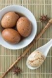 Herbaciany jajko na bambusowej macie, odgórny widok Obrazy Royalty Free
