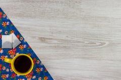 Herbaciany kubek na deseniowego kwiatu sukiennej pielusze na pustym drewnianym backgroun Zdjęcia Stock