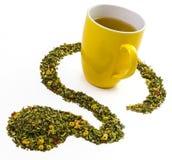 Herbaciany kubek z pomysłowo układającymi herbacianymi liśćmi i ziele obraz royalty free