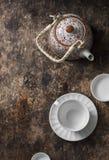 Herbaciany ustawiający na drewnianym stole, odgórny widok Teapot, pusta biała herbaciana filiżanka na brown tle, odgórny widok wo Fotografia Royalty Free