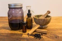 Herbalism, mortier de fines herbes de teinture de santé et pilon image libre de droits