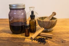 Herbalism, växt- vård- tinkturmortel och mortelstöt Royaltyfri Bild