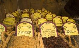 Herbalist auf Nahrungsmittelmarkt in Benidorm Stockfotografie