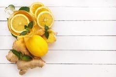 Herbata, cytryna, imbir, mennica na białych deskach na widok Zdjęcie Royalty Free