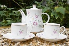 Herbata dla Dwa w ogródzie na Złotym dekoracja stole fotografia royalty free