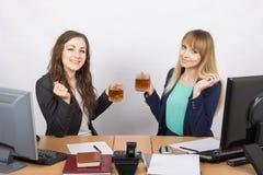 Herbata dwa biurowego pracownika przy biurkiem Fotografia Stock