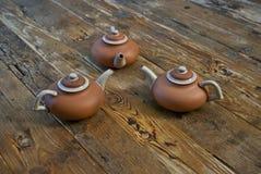 Herbata garnki na Drewnianym stole Zdjęcie Stock