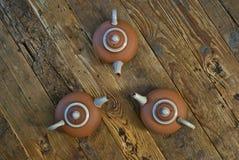 Herbata garnki na Drewnianym stole Obrazy Royalty Free