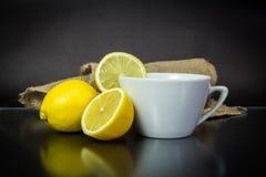 Herbata - Gorący napój, cytryna, upał - temperatura, przeciwutleniacz, Burlap, Blackbackground Fotografia Stock