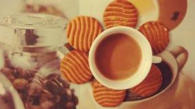 Herbata i ciastka w tacy Zdjęcia Royalty Free