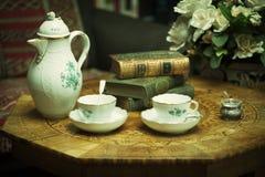 Herbata i książki przy wygodnym domem Zdjęcia Royalty Free