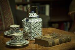 Herbata i książki przy wygodnym domem Zdjęcie Stock