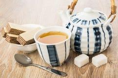 Herbata, opłatki w pucharze, teapot, bryłowaty cukier i łyżka, obraz stock