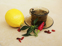 Herbata, pieprze, cytryn naturalni remedia vs pigułki Zdjęcia Royalty Free