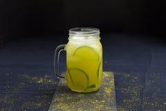 Herbata Słuzyć Nad lodem Z Świeżymi Organicznie cytrynami i imbirem zdjęcia stock