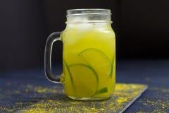 Herbata Słuzyć Nad lodem Z Świeżymi Organicznie cytrynami i imbirem zdjęcie stock