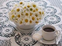 Herbata w białej filiżance na stole Obraz Stock