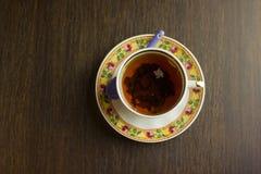Herbata w porcelany filiżance na drewnianym stołowym tle Odgórny widok Zdjęcia Royalty Free