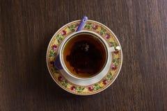 Herbata w porcelany filiżance na drewnianym stołowym tle Odgórny widok Obraz Royalty Free