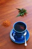 Herbata w rocznik filiżance z liśćmi Obrazy Royalty Free