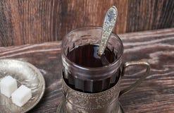 Herbata w rocznika szkle z właścicielem Fotografia Royalty Free