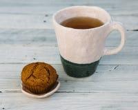 Herbata z babeczką Zdjęcia Royalty Free