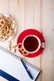 Herbata z chlebowymi pierścionkami Obrazy Stock