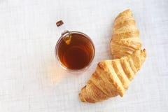 Herbata z croissants Lekki bielu stół Obrazy Royalty Free