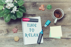 Herbata z cukierkami i inskrypcją w notatniku: Czas relaksować Obraz Stock