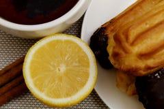 Herbata z cytryn eclairs i cynamonem zdjęcie stock