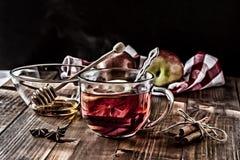 Herbata z cytryną inside na drewnianym stole obrazy stock