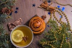 Herbata z fragrant ciastami na drewnianym tle z choinek dekoracjami fotografia royalty free