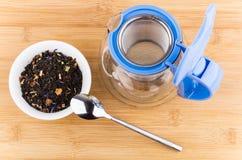 Herbata z jabłkami i rosehips, otwarty teapot na drewnianym stole Obrazy Stock