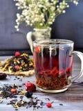 Herbata z jagodami i płatkami na stole Obrazy Royalty Free