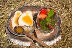 Herbata z mennicą i truskawkami w szkle Obraz Stock