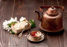 Herbata z miodem i białą wiosną kwitnie na drewnianym stole Fotografia Royalty Free