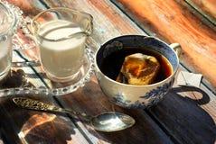 Herbata z mlekiem i cukierem Zdjęcie Royalty Free