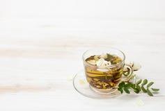 Herbata z ogrodowymi różami w przejrzystej filiżance Obraz Stock