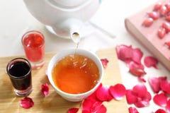 Herbata z różanymi płatkami Sceny narządzanie herbata obrazy royalty free