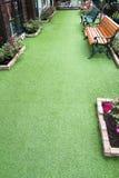 Herbe artificielle pour des passages couverts de jardin Photographie stock